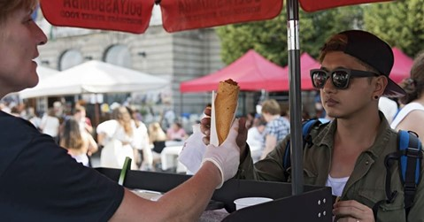 Itt a nyár kötelező magyar streetfoodja, a gulyásbomba